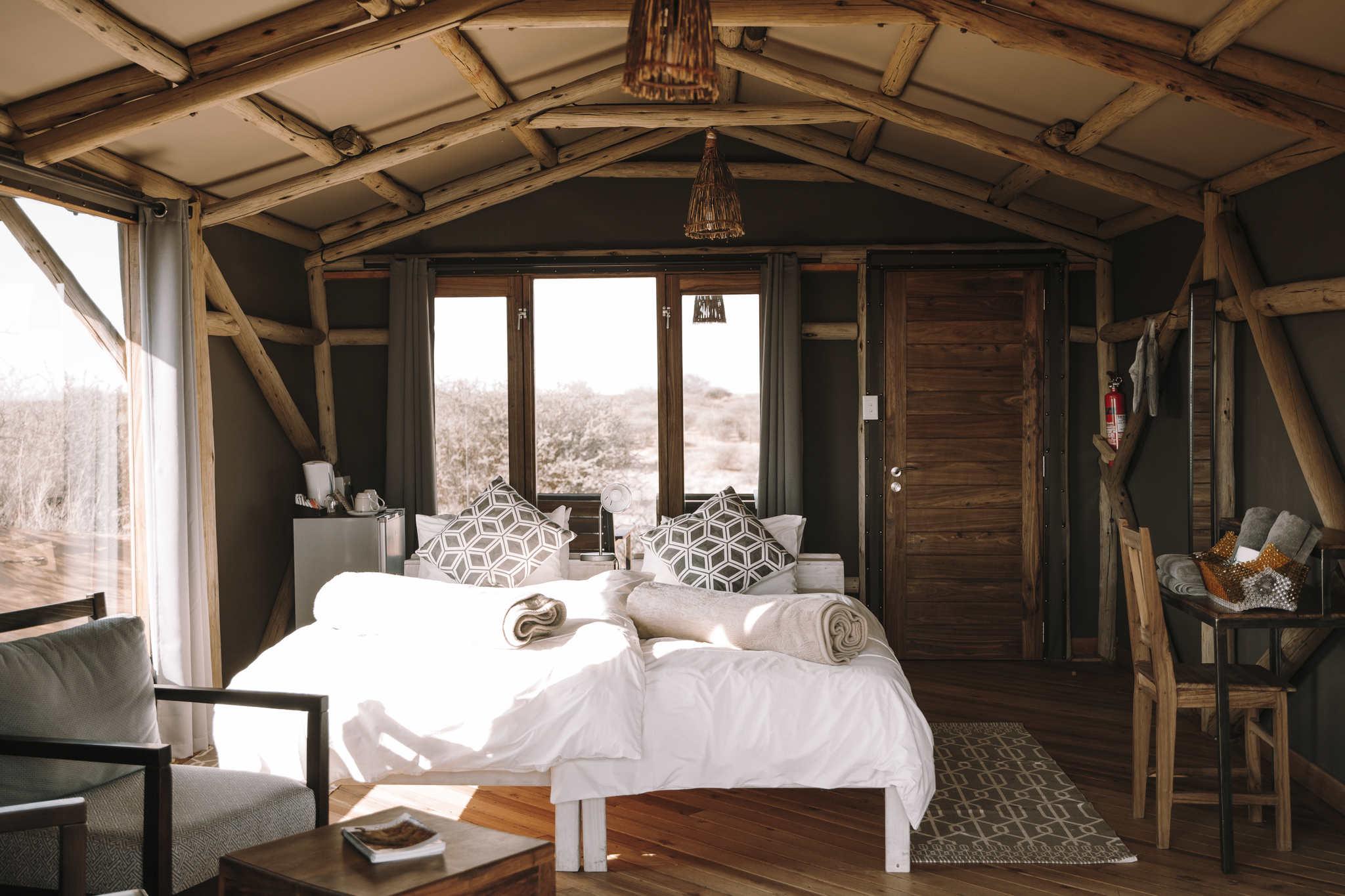 teufelskrallen lodge in der Kalahari - Bett mit Ausblick