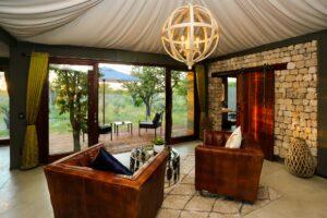 Wohnraum und Terrasse der Etosha Oberland Lodge